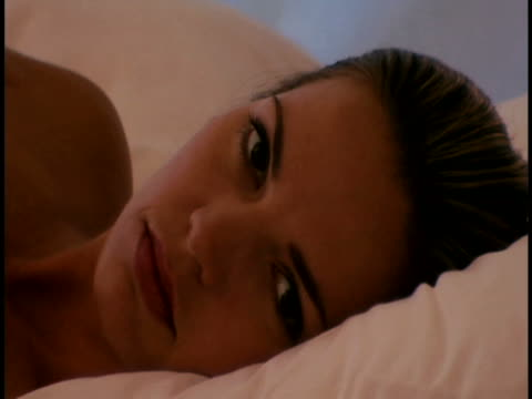 vídeos de stock e filmes b-roll de woman reclining - encostado