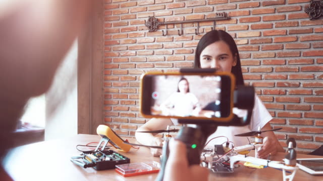diy のもの準備のため女性の記録ビデオ - デジタル一眼レフカメラ点の映像素材/bロール
