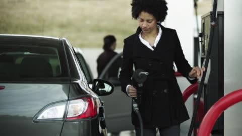 vídeos y material grabado en eventos de stock de ms woman refueling car at gas station / orem, utah, usa - echar combustible