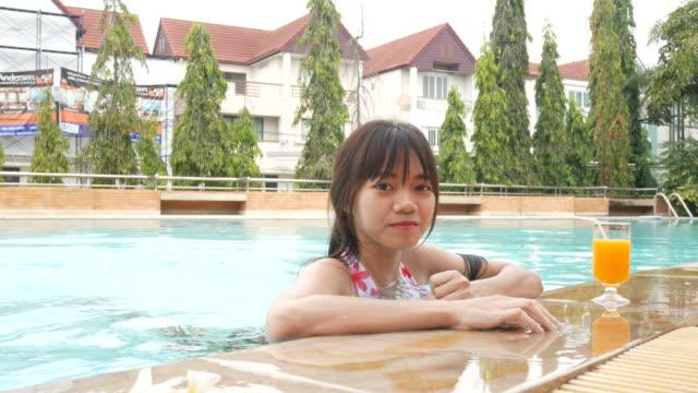 frau entspannen und genießen im schwimmbad - sich verschönern stock-videos und b-roll-filmmaterial