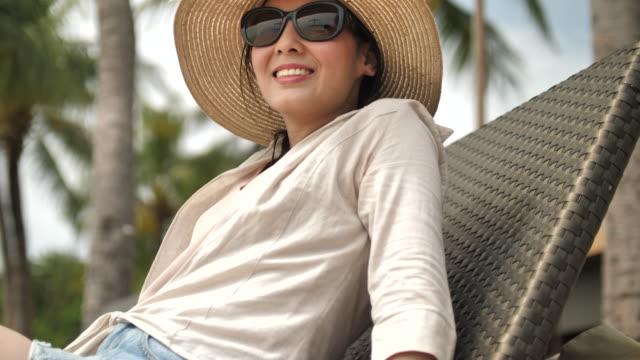 Frau Entspannung im Sommerurlaub am Strand