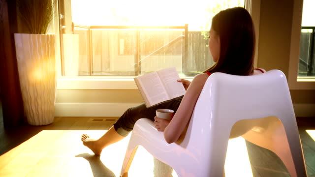Donna si rilassa nella libertà al tramonto