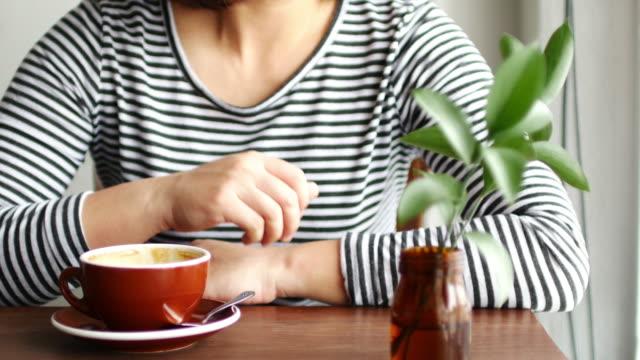 Frau entspannen bei Kaffee Café mit heißem Kaffee, Entspannungs-Konzept