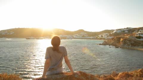 vídeos y material grabado en eventos de stock de mujer relajante al atardecer. - puesta de sol