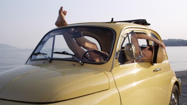 vidéos et rushes de femme se détendre dans la voiture - seulement des adultes