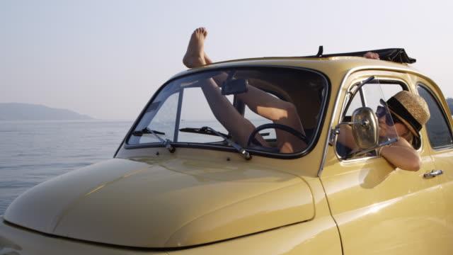 frau entspannenden in auto - nickerchen stock-videos und b-roll-filmmaterial