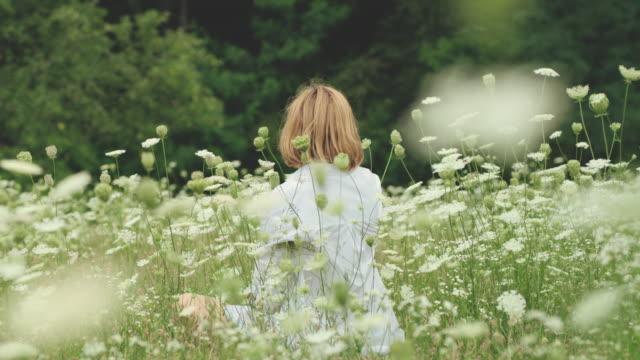 vidéos et rushes de slo mo femme détente dans la nature - fleur sauvage