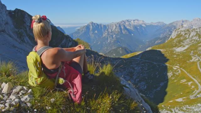 stockvideo's en b-roll-footage met ws vrouw ontspannen in de julische alpen - julian alps