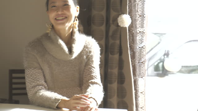 stockvideo's en b-roll-footage met woman relaxing in the room - coltrui