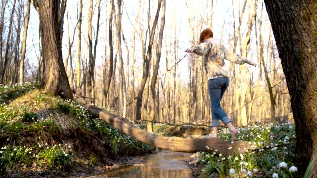 DS SLO MO Frau entspannend im Frühjahr Wald