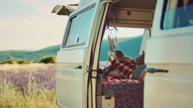 frau entspannt sich im sommer im van - lieferwagen stock-videos und b-roll-filmmaterial