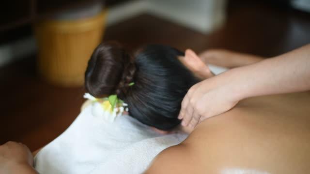 frau entspannende nacken massage im wellness-salon. - menschlicher hals stock-videos und b-roll-filmmaterial