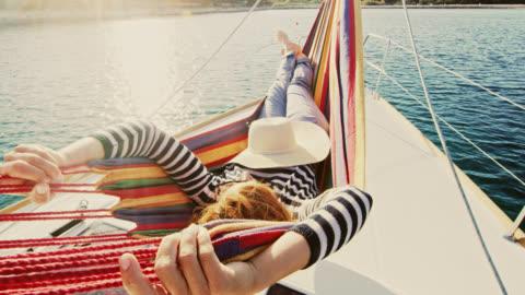 vídeos y material grabado en eventos de stock de ws mujer relajante en un velero - acostado