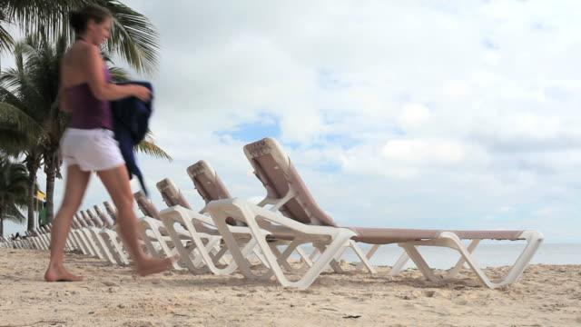 vídeos de stock e filmes b-roll de mulher relaxante na ilha tropical - encostado