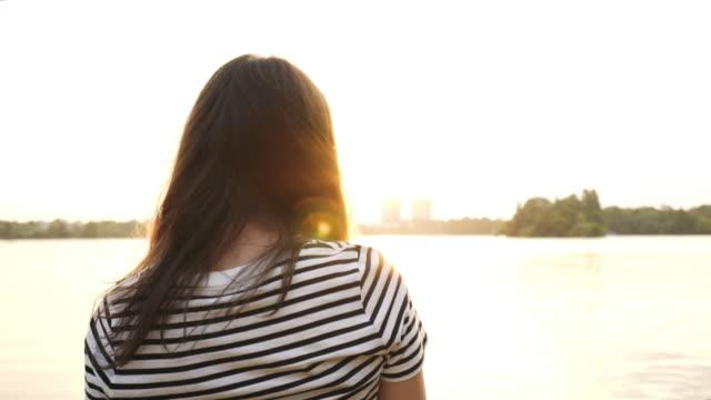 vídeos y material grabado en eventos de stock de mujer relajante. - escena de tranquilidad