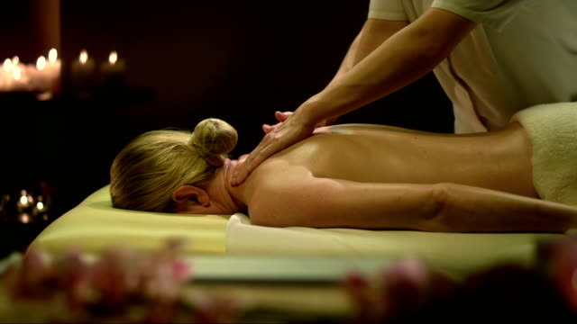 vídeos y material grabado en eventos de stock de mujer relajante mientras se massaged - massage table