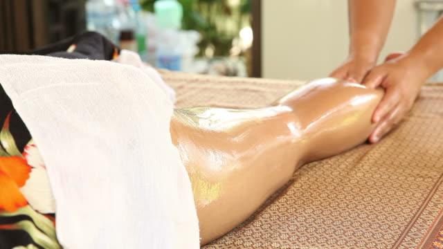 vídeos y material grabado en eventos de stock de mujer relajante mientras recibir masaje - masajista