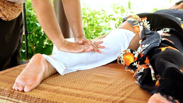 vidéos et rushes de femme détente tandis que vous un massage à l'huile - services sociaux