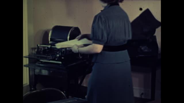 vídeos de stock e filmes b-roll de woman reloads typewriter with paper - trabalhadora de colarinho branco
