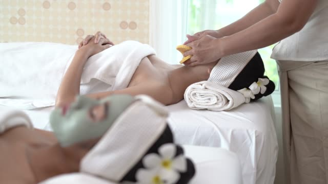vídeos de stock e filmes b-roll de woman removing makeup in spa - spa treatment