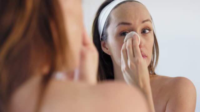 woman removing make-up - kosmetisches stirnband stock-videos und b-roll-filmmaterial