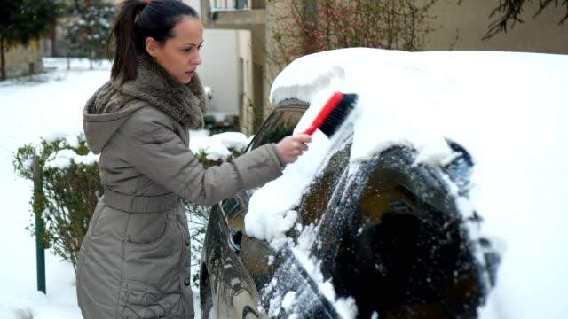 女性雪を車から削除 - 掃く点の映像素材/bロール