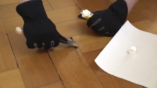 vidéos et rushes de sol en parquet réparer femme - pince à papier