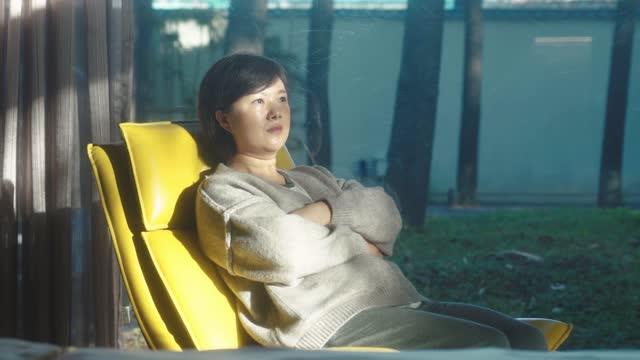 frau ruhte sich auf dem liegestuhl aus - nur junge frauen stock-videos und b-roll-filmmaterial