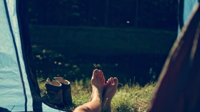 Vrouw rusten in een tent. Close-up op de benen