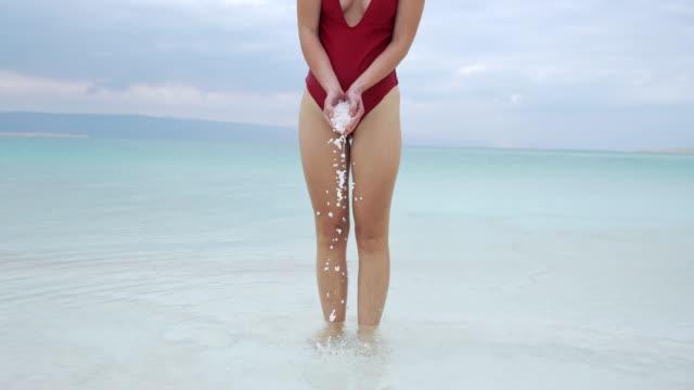 vidéos et rushes de femme se reposant près de mer morte - eau dormante