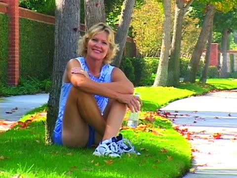 woman resting - dreiviertelansicht stock-videos und b-roll-filmmaterial