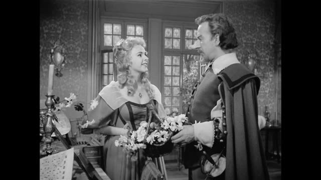 a woman (mala powers) reveals her feminist inclinations to cyrano de bergerac (josé ferrer) - xvii° secolo video stock e b–roll