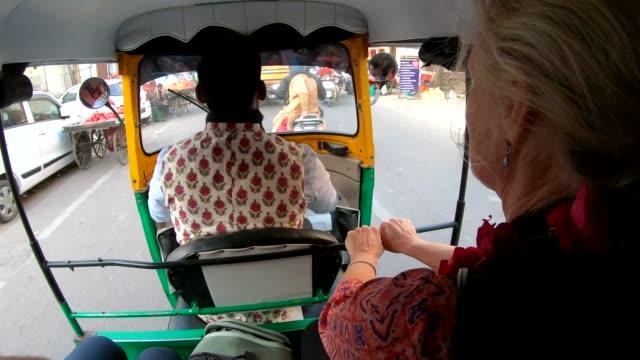 Frau reitet in Tuk-Tuk Rikscha mit Fahrer