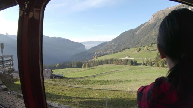 vidéos et rushes de femme promenades en train le long de la piste de montagne, semble hors d'afficher - une seule femme d'âge mûr