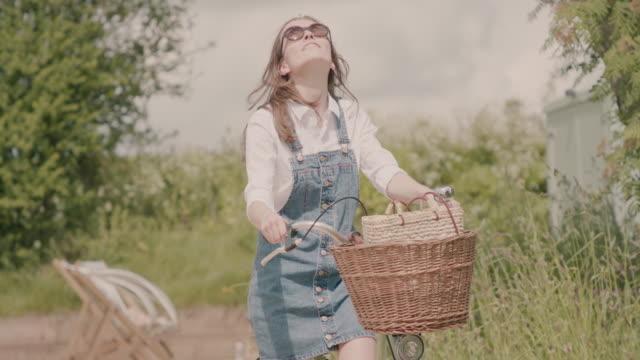 vídeos de stock e filmes b-roll de woman riding bicycle - chipping norton england