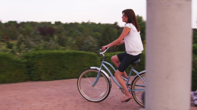 stockvideo's en b-roll-footage met slo mo ws pan woman riding bike around gazebo / utah, usa - gazebo