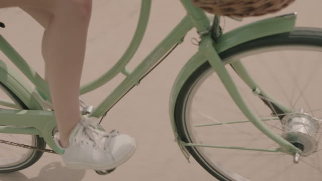 woman riding green bicycle - teilabschnitt stock-videos und b-roll-filmmaterial