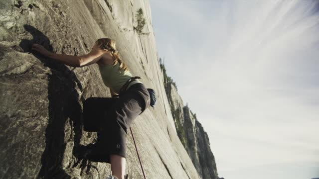 ms la woman rock climbing on cliff, squamish, british columbia, canada - ロッククライミング点の映像素材/bロール