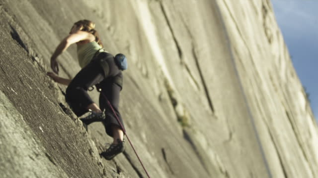 vídeos de stock, filmes e b-roll de ms la woman rock climbing on cliff, squamish, british columbia, canada - pacote de talco