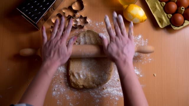 vídeos de stock, filmes e b-roll de mulher rolando massa para biscoitos de natal - rolo de pastel