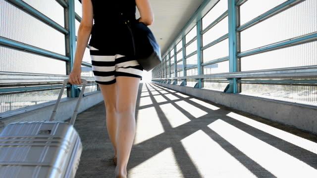 Frau Rollgepäck an der U-Bahn-Station