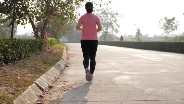 vídeos de stock, filmes e b-roll de corredor da mulher que funciona para o exercício cardio, slow motion - esteira rolante aparelho de musculação