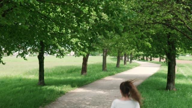 vidéos et rushes de entraînement de coureur de femme pour le marathon, courant dans le parc - non urban scene