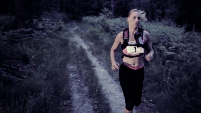 SLO MO DS donna di correre una maratona da trail al tramonto