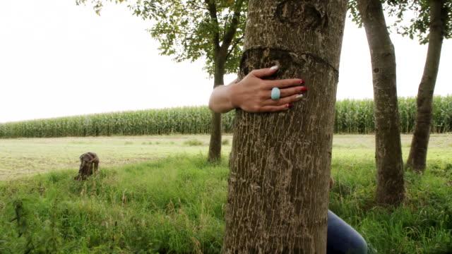 vídeos de stock, filmes e b-roll de ws mulher correndo em árvores - brincadeira de pegar