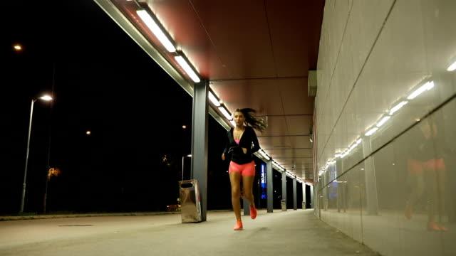 vidéos et rushes de femme qui court dans la nuit - joggeuse