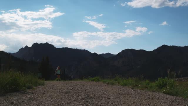woman running down a trail - stazione sciistica di brighton video stock e b–roll