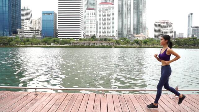 Vrouw uitgevoerd in een park, Slow motion