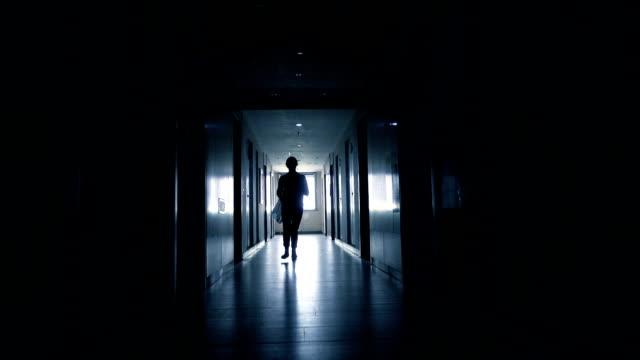 frau im schwarzen flur laufen - korridor stock-videos und b-roll-filmmaterial