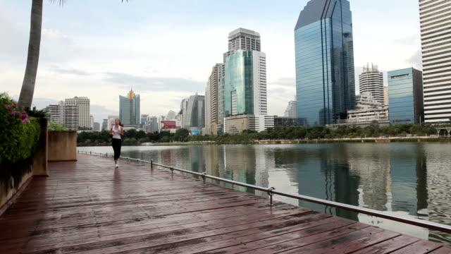 vídeos y material grabado en eventos de stock de mujer corriendo en la ciudad - corredora de footing